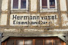 Altes Wohnhaus / Geschäftshaus in der Hinterstraße von Duderstadt - altes Fachwerk mit abbröckelnden Putz - Fassadenaufschrift Hermann Vasel, Eisenhandlung / ursprünglich Königlich Hannoversche Eisenfactorei Duderstadt.