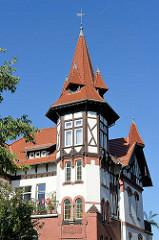 Eckturm mit Fachwerk und der Wetterfahne, Villa in der Johannisstraße von Mühlhausen/Thüringen.