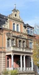 Mit aufwändigen Stuckarbeiten versehende Fassade einer Gründerzeitvilla in Naumburg.