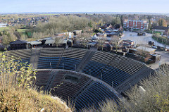 Blick auf das  Kalkbergstadion von Bad Segeberg - auf der Freilichtbühne finden seit 1952 alljährlich die Karl May Spiele statt. Das  Amphitheaters entstand nachdem 1931 der Gipsabbau am Segeberger Kalkberg eingestellt wurde.