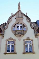 Jugendstilgiebel und Jugendstilfenster mit geschwungenen Dekorleisten, Wohn- und Geschäftshaus in Mühlhausen.