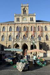 Markt von Weimar, Blick zum historischen Rathaus der Stadt; erbaut nach einem Brand 1841 im neugotischen Stil.