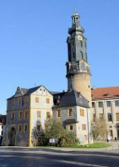 Schlossturm mit barocken Aufsatz von Weimar Stadtschloss - lks.  die  Bastille.
