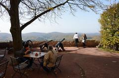 Aussichtsplattform / Restaurant mit Tischen im Freien auf der Wartburg bei Eisenach.