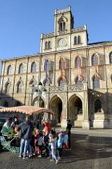 """Markt von Weimar, Blick zum historischen Rathaus der Stadt; erbaut nach einem Brand 1841 im neugotischen Stil. Zur Goethezeit wurde es zum """"Stadthaus"""" umfunktioniert und es fanden hier Maskenbälle, Konzerte und Vorträge statt. Hier waren bedeuten"""
