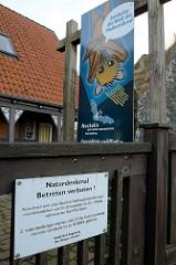 Hinweisschild / Verbotsschild vom Bürgermeister der Stadt Bad Segeberg: Naturdenkmal, Betreten verboten! Zuwiderhandlungen werden mit einer Geldbuße bis zu 50 000 Euro geahndet.