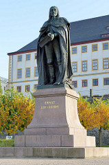 Bronzestatue / Denkmal Ernst der Fromme vor dem Schloss Friedenstein in Gotha; eingeweiht 1904 -  Bildhauer Caspar Finkenberge.