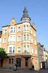 Wohnblock im Baustil des Historismus / Jugendstil mit Erker und Dachturm in der Straße
