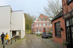 Gebäude in der kleinen Seestraße von Bad Segeberg, links ein moderner Anbau der Stadtverwaltung.