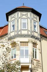 Erkerturm mit geschnitztem Fachwerk, Villa im Heimatsstil in der Goethestraße von Eisenach.