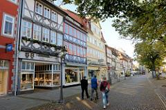 Geschäftshäuser - historische Altstadt von Duderstadt, Marktstraße mit Kopfsteinpflaster.