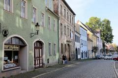 Wohnhäuser mit Geschäften im Erdgeschoss - unterschiedliche Baustile; Straße mit Kopfsteinpflaster  - Neustraße Naumburg, Saale.