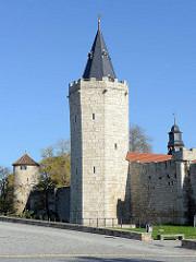Historische Wehranlage / Stadtmauer in Mühlhausen/Thüringen; die mittelalterliche Stadtbefestigung mit einer ursprünglichen Länge von 2,8 km - Blick zum Rabenturm.