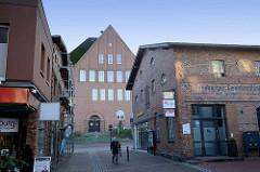 Altes Gewerbegebäude einer Bad Segeberger Eisenhandlung - im Hintergrund die Realschule / Gemeinschaftsschule.