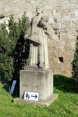 Skulptur / Statue des Predigers Thomas Müntzer an der Stadtmauer Mülhausen.