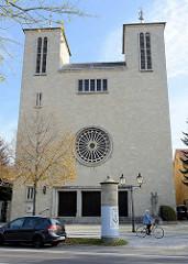 Ansicht der römisch-katholischen St. Peter und Paul Kirche in Naumburg;  geweiht 1962 - Architekt Reuter .