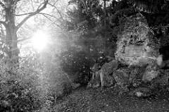 Blick auf den Dessauer Stein von 1782 zum Tode des Fürsten Franz von Anhalt-Dessau im Park an der Ilm von Weimar; Inschrift Francisco Dessaviae Principi / Dem Fürsten Franz von Dessau.