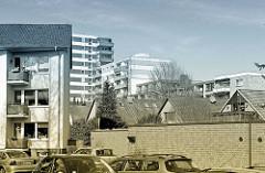 Wohnhäuser - Wohnblock, Hochhäuser und Einzelhäuser mit Satteldach; Nebenstraße in Norderstedt.
