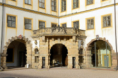 """Innenhof vom Schloss Friedenstein in Gotha, Eingang zum Schlossmuseum. Nach den Plänen des Architekten Caspar Vogel führte der Baumeister Andreas Rudolph den Schlossbau 1643–1654 für Herzog Ernst I. von Sachsen-Gotha (""""Ernst der Fromme"""") aus."""