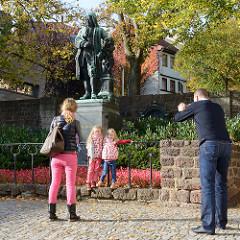 Bachdenkmal am Bachhaus in Eisenach, 1884 von Adolf von Donndorf entworfen und von Hermann Heinrich Howaldt ausgeführt.