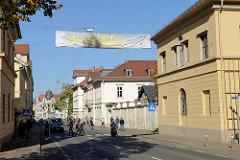 Blick in die Marienstraße von Weimar, rechts das Liszt-Haus von Weimar; ehemaliges Wohnhaus des großherzoglichen Hofgärtners, erbaut 1799 Entwurf  Hofarchitekt Johann Friedrich Rudolf Steiner.