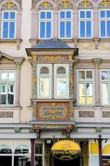 Mit prächtigen farbig gefasstem Schnitzwerk versehener Erker im Steinweg von Mühlhausen/Thüringen.