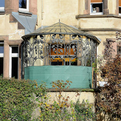 Pavillon, Terrasse mit Eisenverkleidung in floraler Jugendstilform - Wohnhaus in Eisenach.