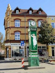 Historische Uhrensäule mit Werbung / Normalzeitanzeige, Relikt der vergangenen Zeit - Werbung für das Waschmittel Persil. Die sogenannte Persiluhr steht in der Kilianistraße von Mühlhausen/Thüringen.