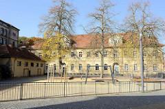 Blick über den Schulhof zur der Georgenschule in Eisenach.