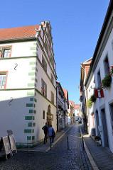 Historische Architektur in der Rathausstraße von Mühlhausen; Rathaus, alte Wohnhäuser und schmale Gasse mit Kopfsteinpflaster.