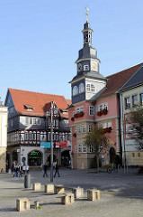 Blick über den Markt von Eisenach zum Rathaus mit dem markanten Turm; das Gebäude wurde 1508 im Renaissancestil errichtet und diente zunächst als städtischer Weinkeller, ab 1596 dann als Rathaus. Dahinter das 1560 erbaute Gebäude der Ratsapothek