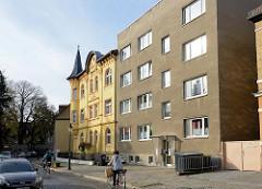 Schlichter kubischer Wohnblock mit Rauhputzfassade - daneben eine gelbe Gründerzeitvilla in der Windmühlenstraße von Naumburg.
