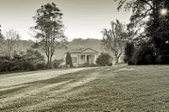 """Blick zum römischen Haus in Weimar am Rande des Parks an Ilm. Das römische Haus gehört seit 1998 als Teil des Ensembles """"Klassisches Weimar"""" zum UNESCO-Weltkulturerbe. Es wurde 1798 als frühes Klassizistisches Bauwerk errichtet."""
