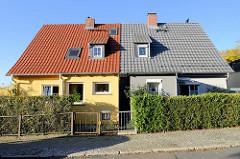 Doppelhaus mit Satteldach mit unterschiedlicher Gebäudegestaltung und Grundstücksabgrenzung in Oberweimar.