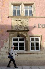 Fassade mit Relief des ehemaligen Hotels Zu den drei Schwanen in der Jakobsstraße.