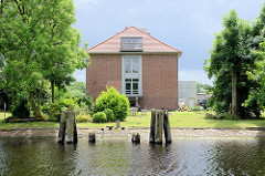 Alte Holzpfähle / Dalben zum Anlegen von Frachtschiffen am Ems-Jade-Kanal in Wilhelmshaven.