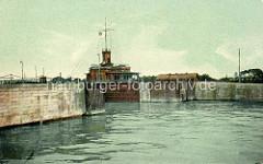 Historische, kolorierte Darstellung der 1. Einfahrt zum Hafen in Wilhelmshaven; dahinter die 1886 gebaute Signalstation.