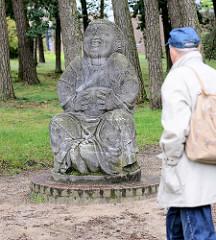 Bronze des Humors im Garten beim Kaffee Worpswede; Buddha Statue - Entwurf Bernhard Hoetger, 1914. Das Kaffee Worpswede / Große Kunstschau ist ein expressionistischer Bau, am Fuße des Weyerbergs von Worpswede gelegen.