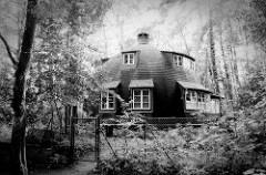 Schwarz-weiß-Fotografie der Worpsweder Käseglocke; Wohnhaus  im Künstlerdorf Worpswede - erbaut 1926 nach den Plänen des Architekten Bruno Taut für den Schriftsteller Edwin Koenemann.