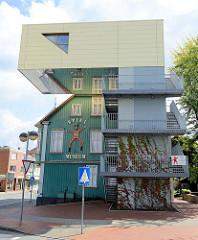 Blick in die Poststraße von Soltau zum 1984 gegründeten Spielzeugmuseum, moderner Anbau für Fahrstuhl und Fluchttreppe und fliegendes Klassenzimmer.