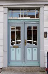 Doppeltür / Eingangstür eines Wohnhauses in taubenesblau / mintgrün gehaltenen Türblatt; Baustil des Historismus.