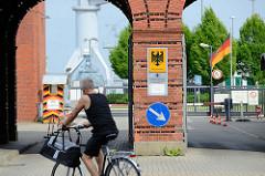 Torbogen /  Einfahrt zum Marinearsenal in Wilhelmshaven.