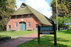Gebäude mit Reetdach und Fachwerk, alte Hofstelle aus 18. Jahrhundert - seit 1984 als Rathaus der Gemeinde Worpswede genutzt.