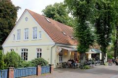 Bergstraße in Worpswede, altes Wohngebäude als Straßencafé eingerichtet.