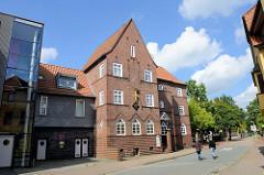 Blick in die Mühlenstraße von Soltau zum expressionistischen Gebäude des Feuerversicherungsvereins - das jetzige Wohn- und Geschäftshaus steht unter Denkmalschutz.