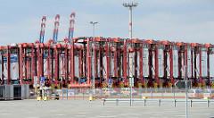 Abgestellte / ungenutzte Portalhubwagen auf dem Gelände vom JadeWeserport (JWP) in Wilhelmshaven; das Container-Terminal wurde als Tiefwasserhafen an der Innenjade gebaut und 2012 in Betrieb genommen.