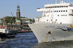 Das Kreuzfahrtschiff Delphin Voyager läuft aus dem Hamburger Hafen aus - im Hintergrund die Kuppel vom Alten Elbtunnel und der Kirchturm der St. Michaeliskirche.