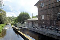 Böhmewehr und alte Ratsmühle / Wassermühle in Soltau - Nutzung des Ratsmühlengebäude bis 2004, seitdem steht das denkmalgeschützte Gebäude leer.