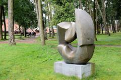 Skulptur im Garten -  Kaffee Worpswede / Große Kunstschau ist ein expressionistischer Bau, am Fuße des Weyerbergs von Worpswede gelegen.