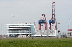 Verwaltungsgebäude und Containerkräne am JadeWeserport (JWP) Wilhelmshaven; das Container-Terminal wurde als Tiefwasserhafen an der Innenjade gebaut und 2012 in Betrieb genommen.